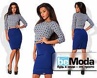 Эффектный женский костюм из блузы с принтом и молнией на спинке и облегающей однотонной юбки средней длины синий