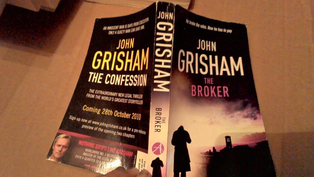 Книга на английском языке роман  THE BROKER английский