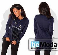 Необычная женская кофта с длинными рукавами, длинной бахромой из экокожи на груди и декором из пайеток темно-синяя