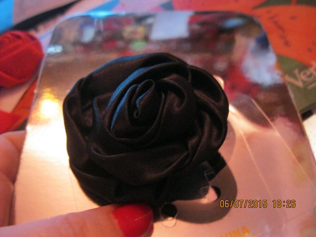 Заколка резинка на волосы цветок черный роза атлас