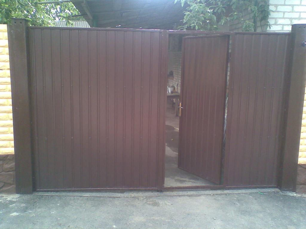 Вид с улицы. Рама и столбы окрашены в коричневый цвет по желанию заказчика краской по металлу Hammerite - глянец