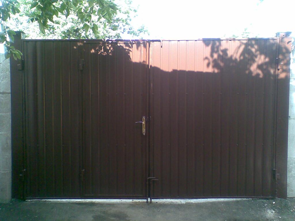 И с улицы, и со двора ворота имеют одинаковый вид, так как зашиты профнастилом с обеих сторон