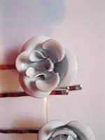 Невидимки заколки металл набор под серебро =4шпильки уточка с цветами белыми