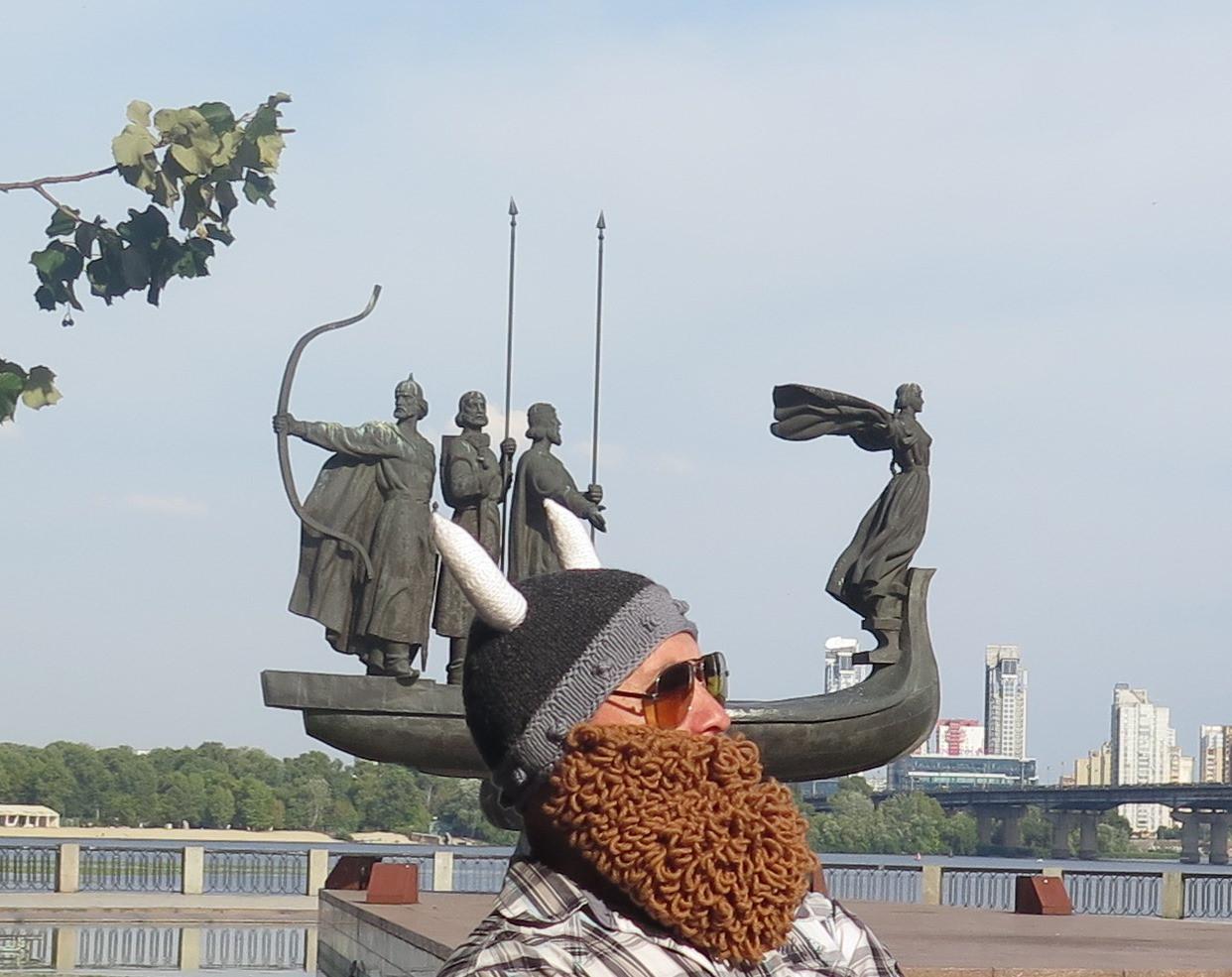 вязаная шапка шлем викинга с бородой и рогами цена 1 600 грн