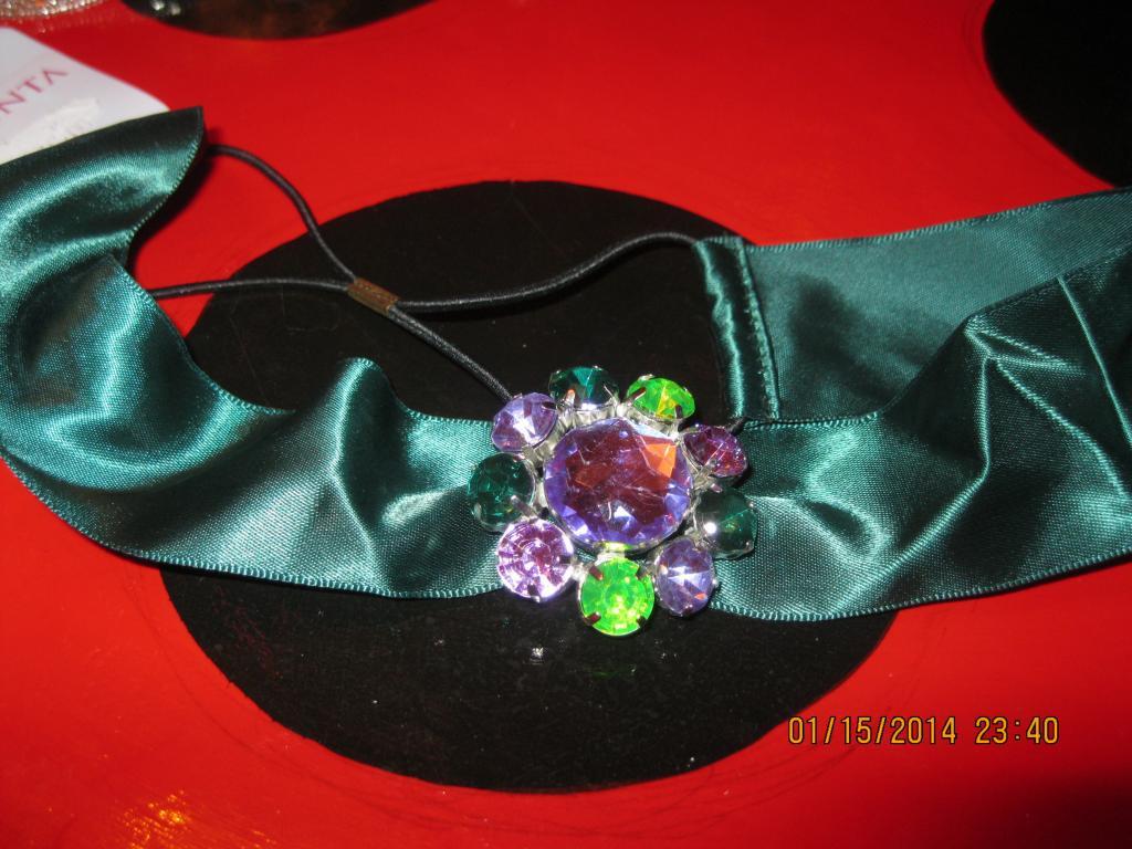 Повязка заколка обруч зеленая атлас камни брошь