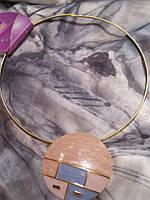 Колье!ожерелье подвеска металлическая золотое c розовой круглой подвеской-кулоном под горло