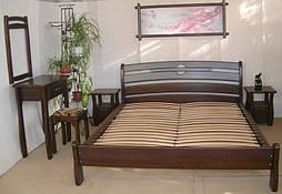 """Спальня из натурального дерева """"Каприз"""". Массив - дуб.  В комплект входит:      деревянная кровать """"Каприз"""" (200*160), без изножья, массив -дуб, покрытие - """"лесной орех"""" (№ 44);     прикроватная тумбочка """"Грета Вульф"""", массив - дуб, покрытие"""