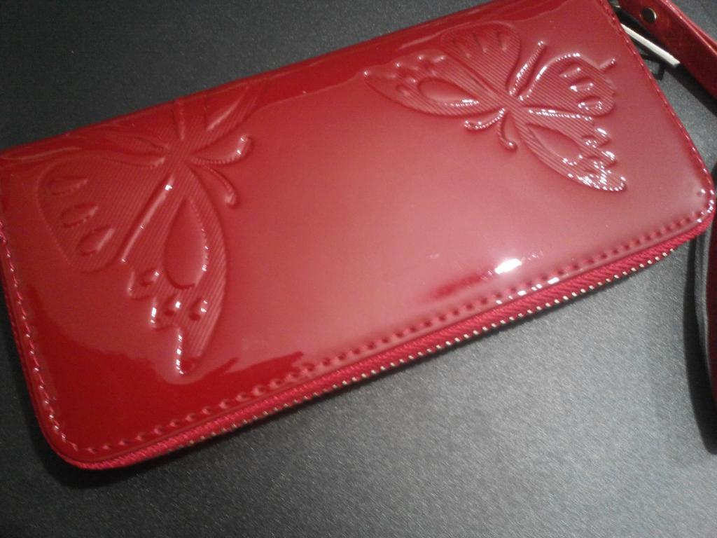 Женский лакированный кошелек красный с ремешком