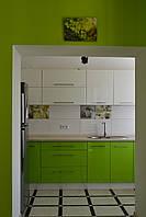 Прямая 4х метровая кухня в ярких тонах, фото 1