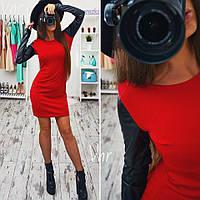 Стильное платье с кожаным рукавом красное
