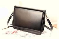 Черная глянцевая сумочка прямоугольной формы
