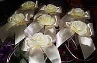 Цветы на ручки свадебного автомобиля. ленточки. флажки на зеркала.