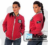 Модная женская куртка в спортивном стиле с воротником стойкой и оригинальными нашивками из стеганной замши на молнии коралловая