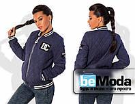 Модная женская куртка в спортивном стиле с воротником стойкой и оригинальными нашивками из стеганной замши на молнии темно-синяя