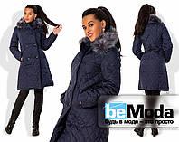 Привлекательное женское пальто из стеганной плащевки на синтепоне с поясом на талии и теплым капюшоном с мехом темно-синее