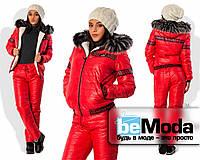 Стильный женский утепленный костюм из куртки с капюшоном и брюк из стеганной плащевки на синтепоне с декоративным узором красный