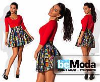 Кокетливое женское платье с однотонным облегающим верхом и клешной юбкой с ярким принтом 3D красное