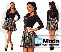 Кокетливое женское платье с однотонным облегающим верхом и клешной юбкой с ярким принтом 3D черное