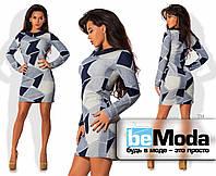 Привлекательное женское платье приталенного кроя с маленьким рубашечным воротником с геометрическим принтом серое