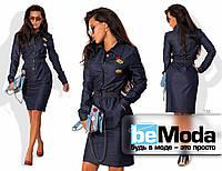 Стильное женское платье из джинса с поясом-резинкой и оригинальными мультяшными нашивками темно-синее