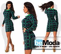 Привлекательное женское платье приталенного кроя с маленьким рубашечным воротником с геометрическим принтом зе