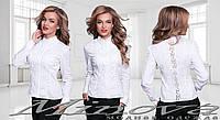 Белая хлопковая рубашка украшена кружевом
