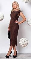 Женское нарядное платье длиной миди коричневого цвета из трикотажной замши.