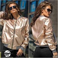 Оригинальная курточка с карманами по бокам, декорирована вставками в черно-белую полоску.