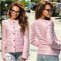 Стеганая курточка с карманами по бокам, декорирована нашивкой сбоку.