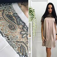 Платье прямого силуэта, украшено гипюром