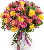 Букет из миксованных роз разного цвета.