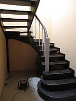 Лестница с гнутыми косоурами