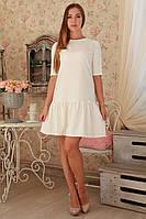 Женское платье молочного цвета с пышной юбкой