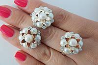Эффектный набор женских серебряных украшений с золотом и культивированным жемчугом - кольцо и серьги.