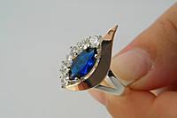 Серебряное женское кольцо с крупным синим камнем и золотом