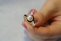 Серебряное кольцо 925 пробы с жемчужиной и золотыми вставками