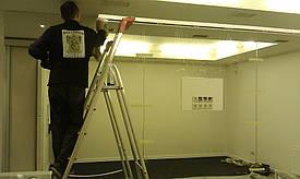монтаж зеркал с помощью клея на стену