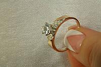 Кольцо женское серебряное с камнем и золотыми вставками