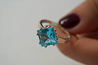 Нарядное кольцо из серебра с голубым цирконом и золотом