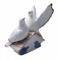 Голуби пара на домике фаянс