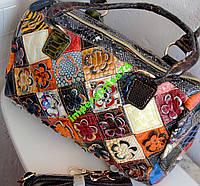 Яркая вместительная разноцветная кожаная сумка.