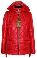 Симпатичная осенняя женская куртка красного цвета