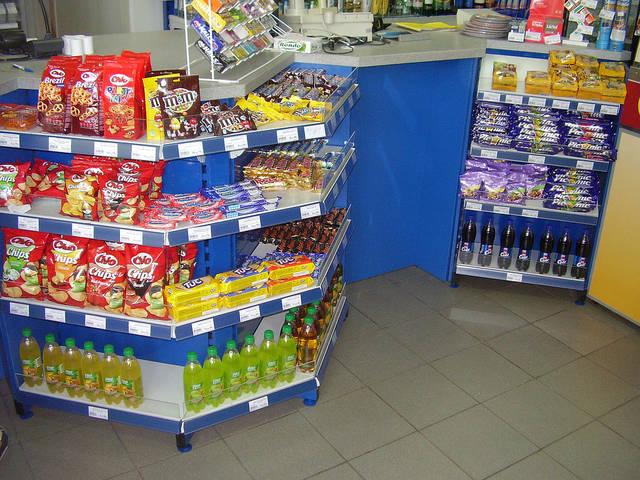 Прикассовая зона магазина при АЗС, с интегрированным стеллажным оборудованием. Вписана в помещение с учетом оптимального месторасположения.