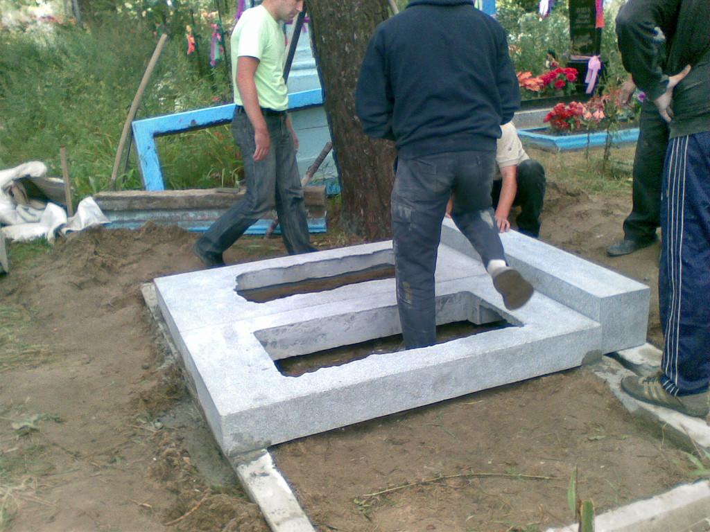 Процес установки памятника