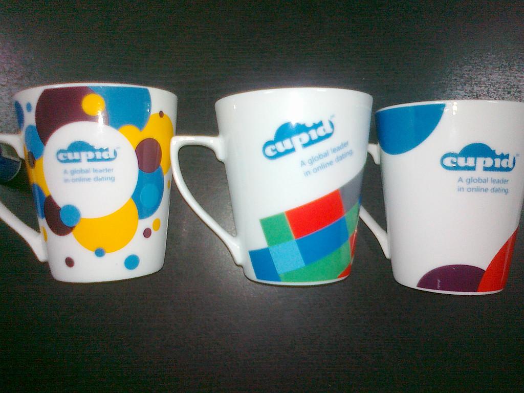 Методом деколи печатали нанесение на чашках- 5 видов чашек