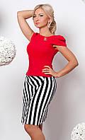 Женский костюм: блуза с брошью красного цвета + юбка карандаш в черно-белую полоску.