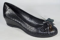 Кожаные женские весенние туфли Botto на танкетке