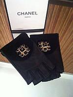 Перчатки (митенки ) Chanel черные с брошкой