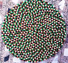 Сучасний натуральний килим зелених коричневих чорних і білих вовняних кульок
