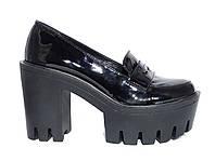 Женские лаковые туфли-лоферы  на каблуке и тракторной платформе
